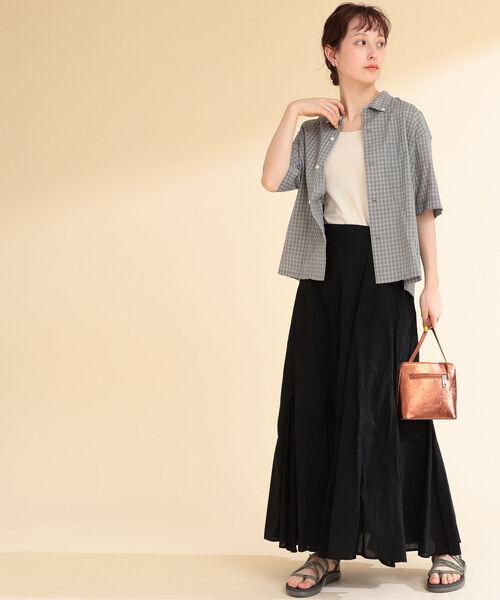 グレーチェック柄シャツ×黒スカート