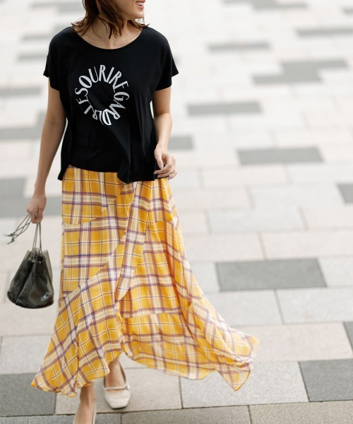 黒ロゴTシャツ×イエローチェックスカート