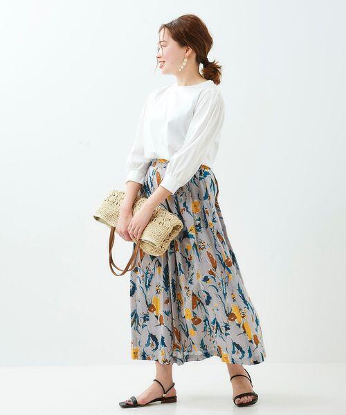 白ブラウス×グレー花柄スカート