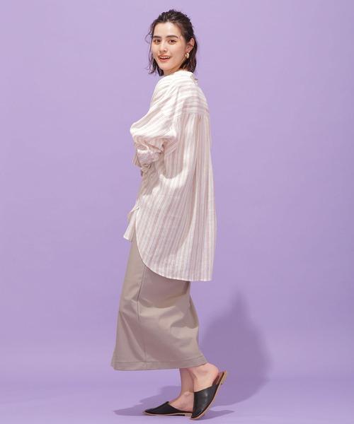 ピンクストライプ柄シャツ×ベージュスカート