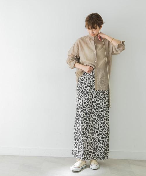 ベージュシャツ×グレー花柄スカート