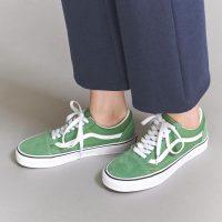 緑スニーカー×レディースコーデ集。足元のおしゃれカラーが映えるおすすめの着こなし