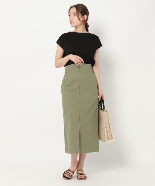 黒Tシャツ×フロントジップスカート
