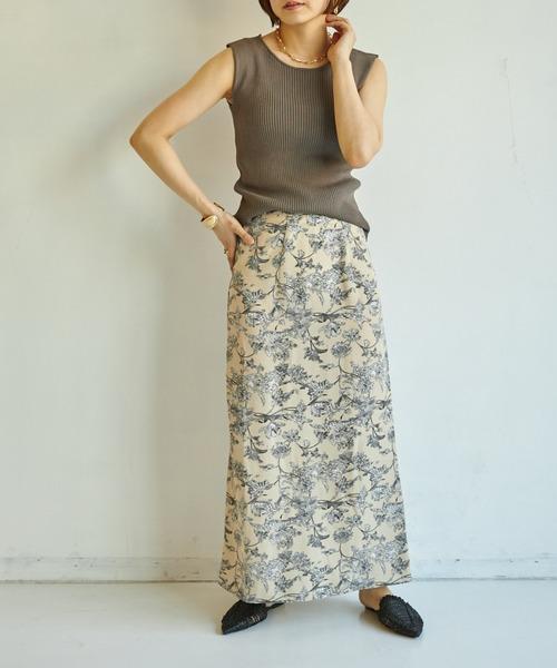 ブラウンノースリーブ×ベージュ花柄スカート