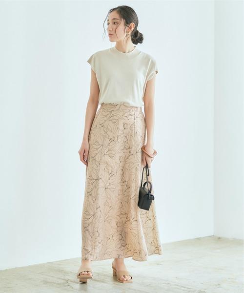 ベージュTシャツ×ベージュ花柄スカート
