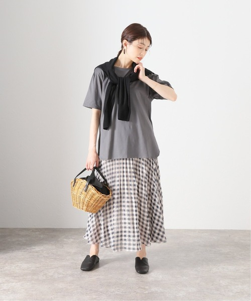 グレーTシャツ×黒チェックスカート