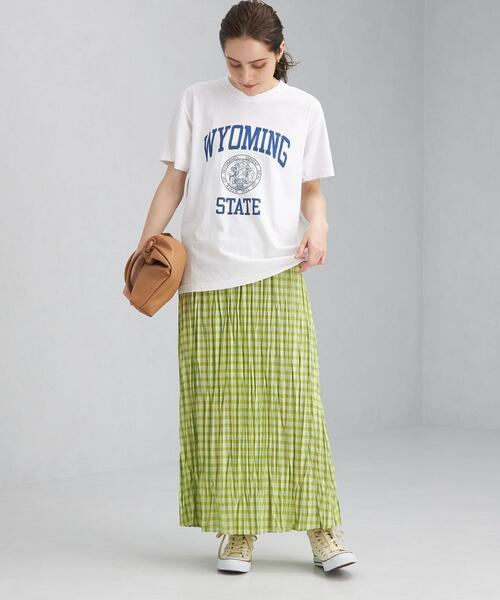 白ロゴTシャツ×ライムチェックスカート