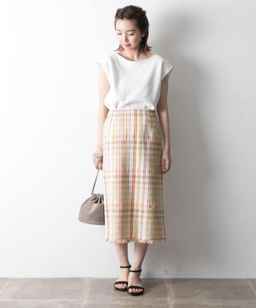 白Tシャツ×白チェックスカート