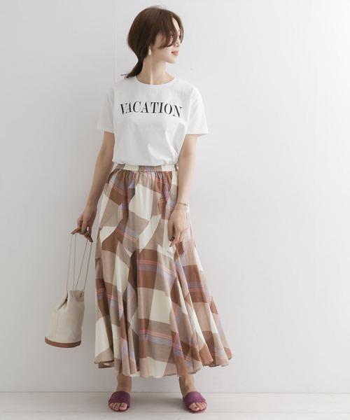 白ロゴTシャツ×茶チェックスカート