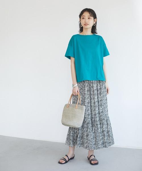 ブルーTシャツ×グレー花柄スカート