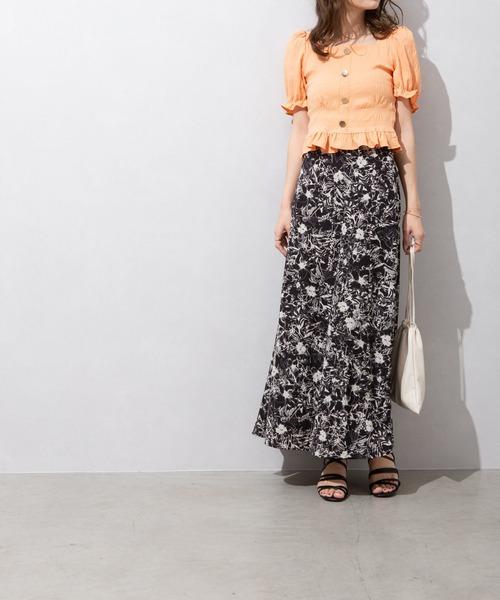 オレンジブラウス×黒花柄スカート