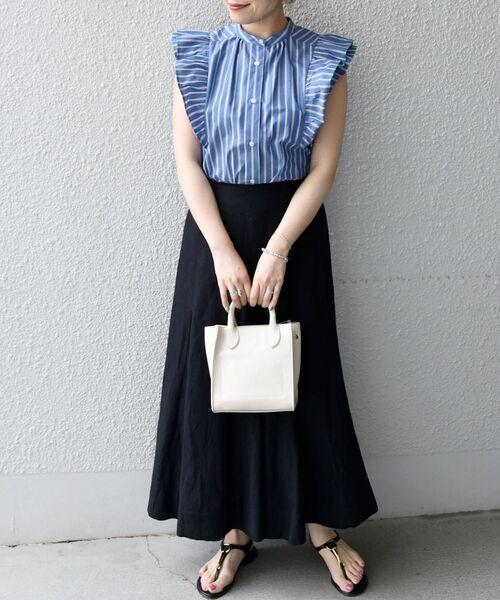ブルーストライプ柄シャツ×黒スカート