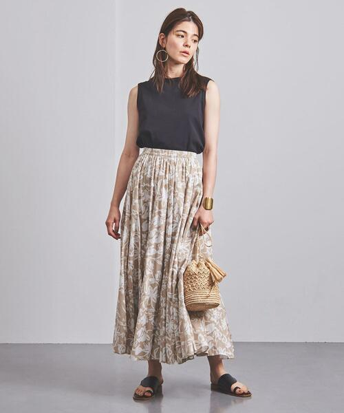 黒ノースリーブ×ベージュ花柄スカート