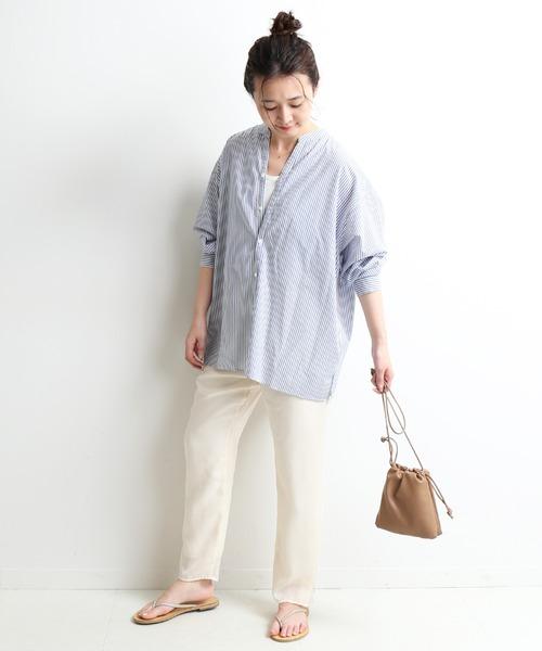 ブルーストライプ柄シャツ×白パンツ