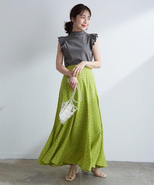 グレーフリルトップス×グリーン花柄スカート