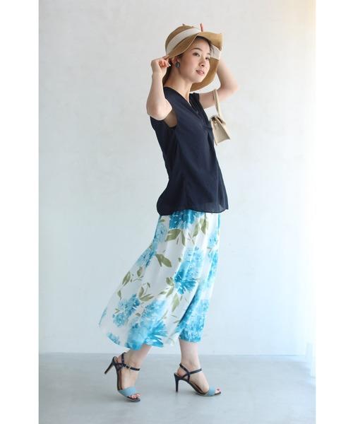 紺シャツ×白花柄スカート