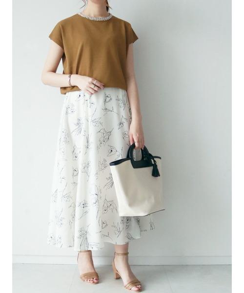 マスタードTシャツ×白花柄スカート