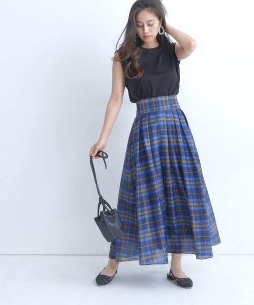 黒Tシャツ×ブルーチェックスカート
