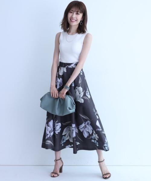 白ノースリーブ×ブラウン花柄スカート