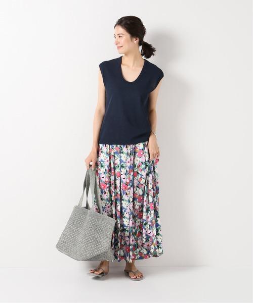 紺トップス×ピンク花柄スカート
