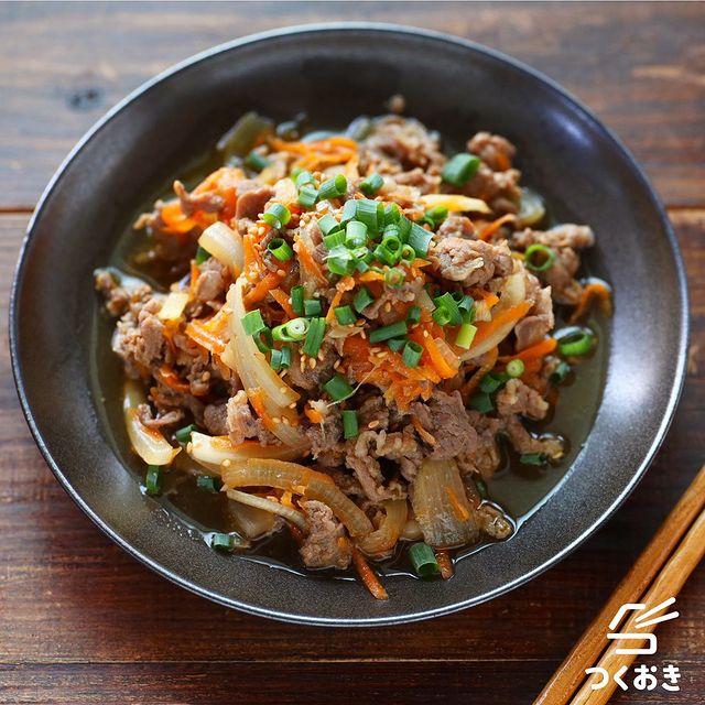 プルコギ、韓国料理、牛肉、玉ねぎ、人参、ねぎ、炒め物。