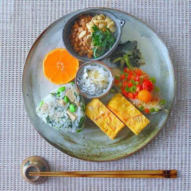 きんぴら入り卵焼き、おにぎり、しらす、オレンジ、納豆。