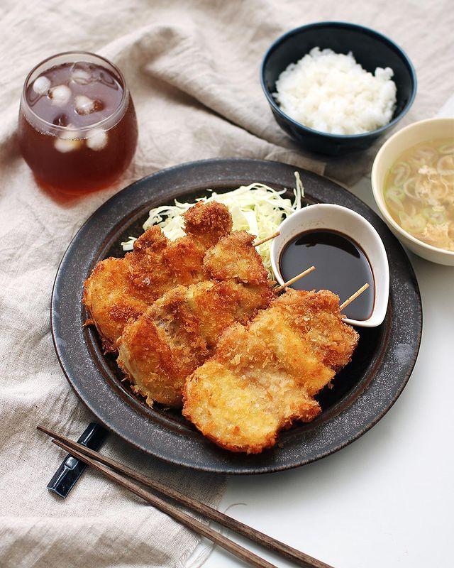 串カツ、豚肉、キャベツ。