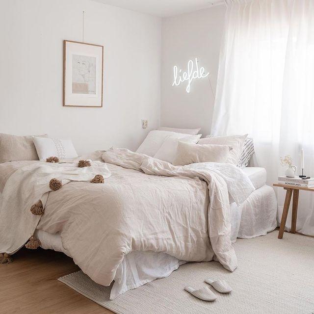 ホワイトとベージュのおしゃれな寝室
