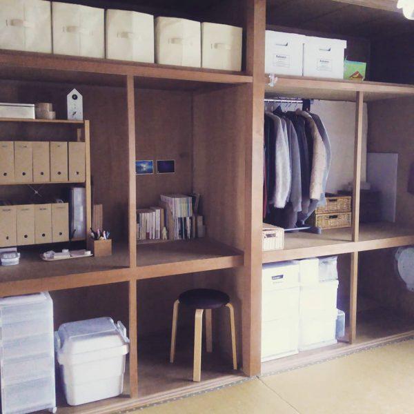 隠す収納方法で作るおしゃれな物が多い部屋