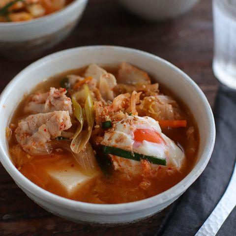 スンドゥブ、豚肉、ネギ、ニラ、卵、豆腐、白菜キムチ、スープ。