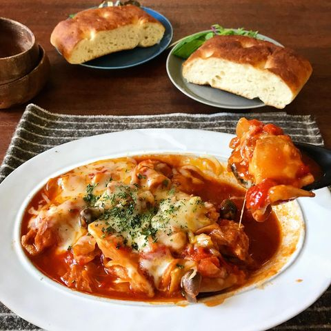 トマト煮、チーズ、パセリ、フォカッチャ、鶏肉。