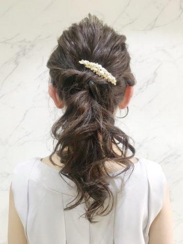 まとめ髪なのに華やかなセミロングの髪型