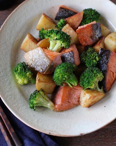 鮭、ブロッコリー、じゃがいも、炒め。