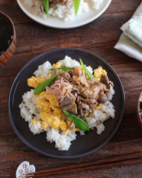 ちらし寿司、豚幾、卵、絹さや、ご飯、紅生姜。