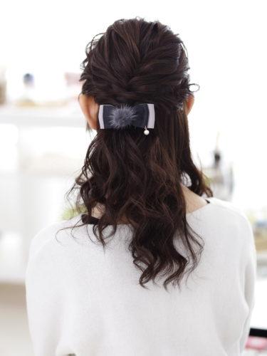 上品にまとまる結婚式用ハーフアップの髪型