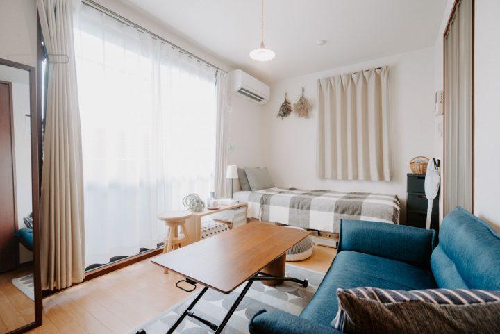 一人暮らしの部屋におしゃれな昇降式テーブル
