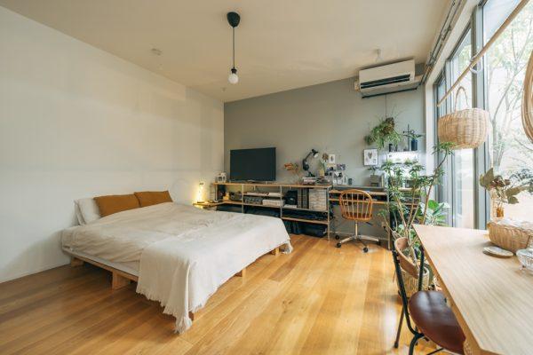 中庭をのぞむ部屋のおしゃれな寝室レイアウト