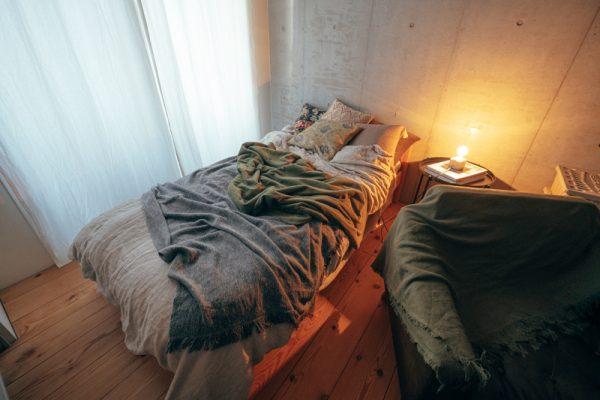 DIYのぬくもりを感じる寝室の照明とレイアウト