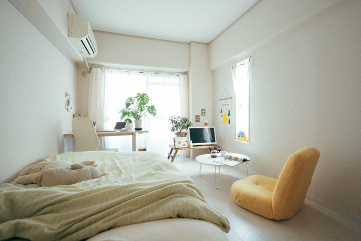 ベッドと平行したテレビスペースレイアウト
