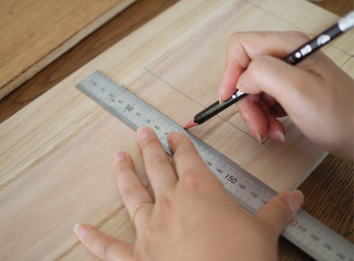 ③扉の木板を装飾する