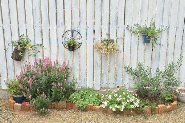 おしゃれな庭にレンガで作った花壇