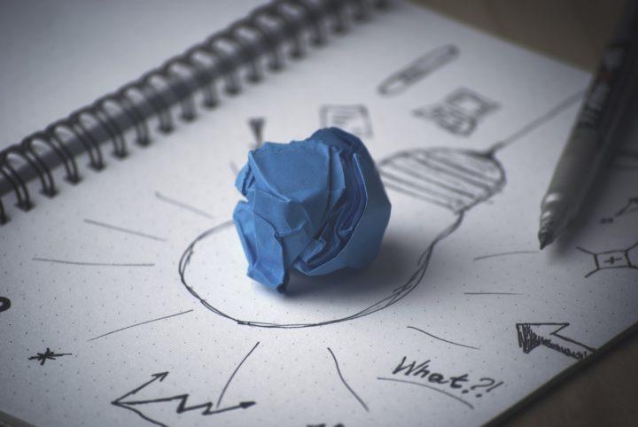 メモと丸めた青い紙