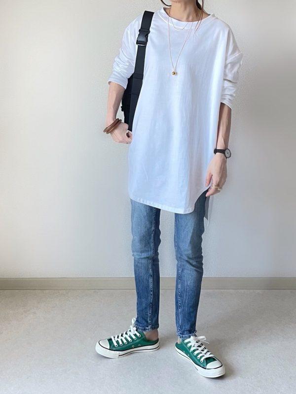 白ロンT×緑スニーカーコーデ
