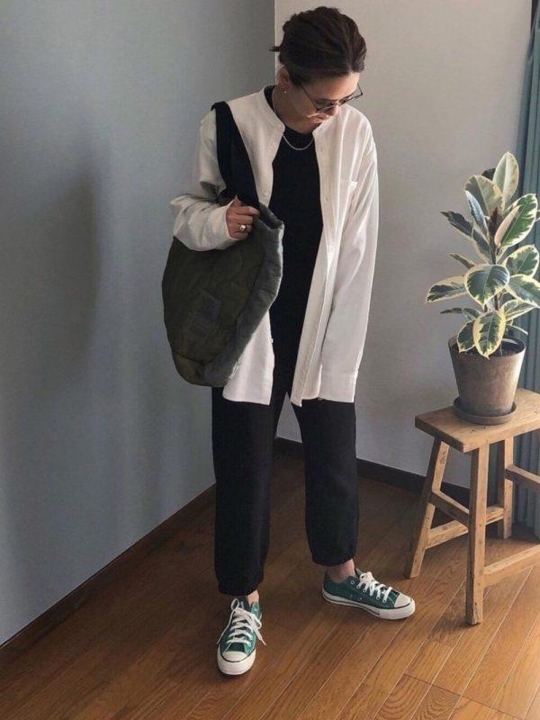 白シャツ×緑スニーカーコーデ