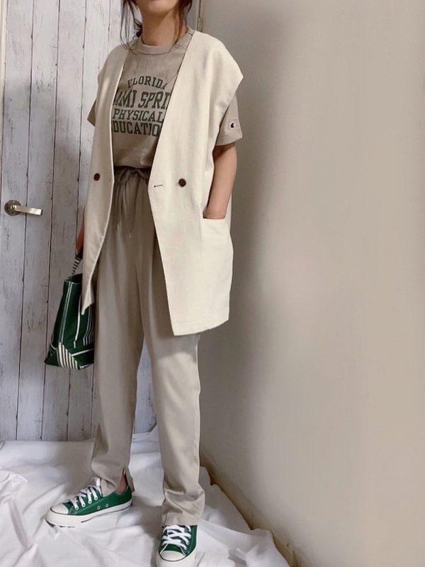 白ベスト×緑スニーカーコーデ