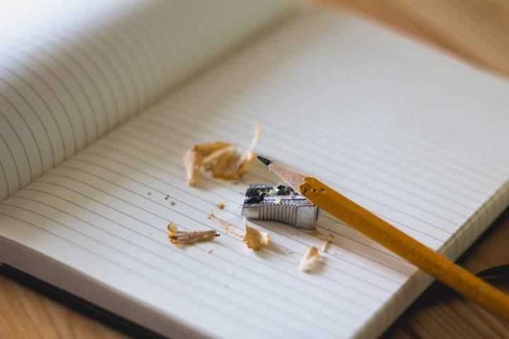 ノートと削られた鉛筆