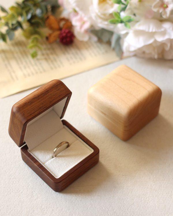 大切な指輪を引き立てる木製リングケース