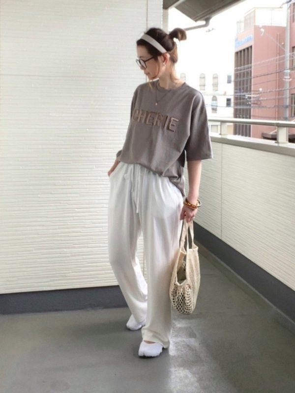 丸メガネ×ブラウンTシャツの夏コーデ