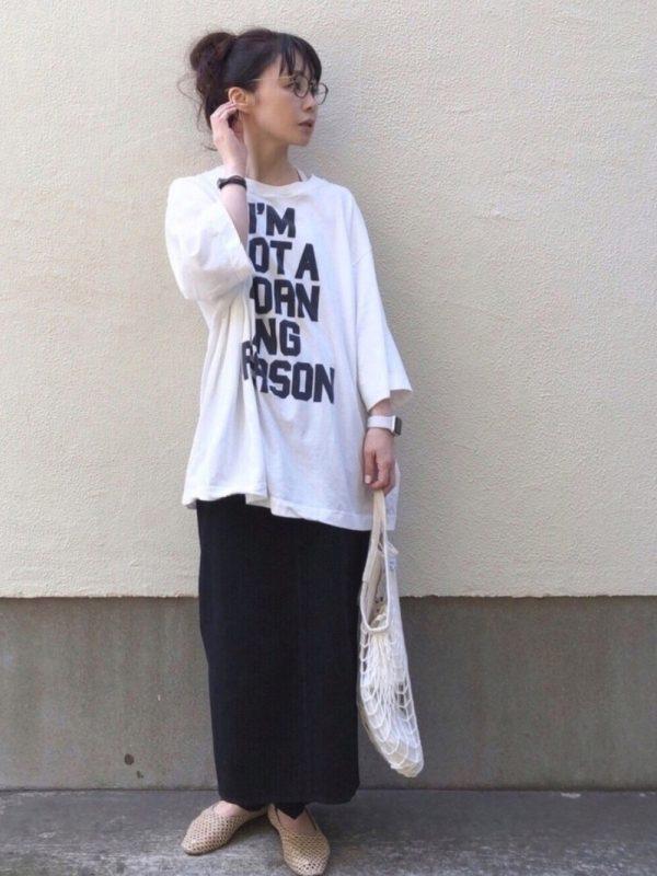 +ロゴTシャツのカジュアル夏コーデ