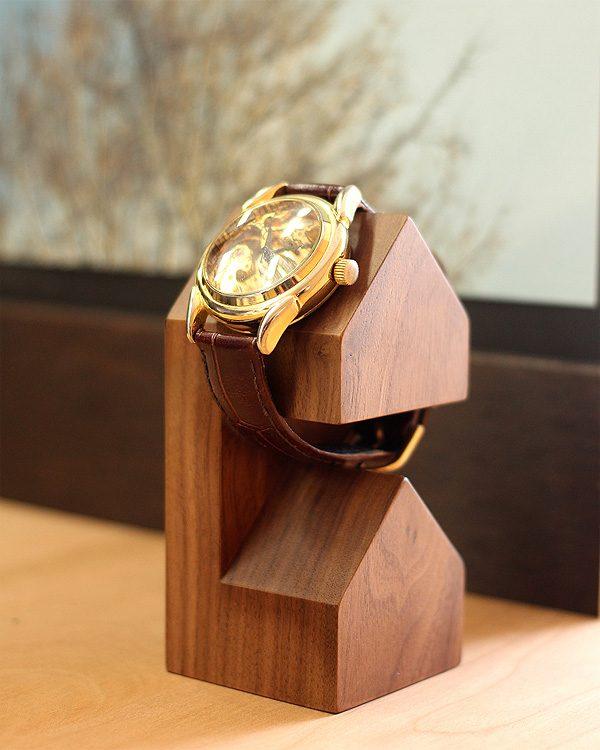三角屋根の家型がかわいい木製腕時計スタンド